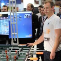 Johannes Kirsch, mehrfacher deutscher Meister im Tischfußball, lieferte einen Live-Eindruck des intelligenten Systems.